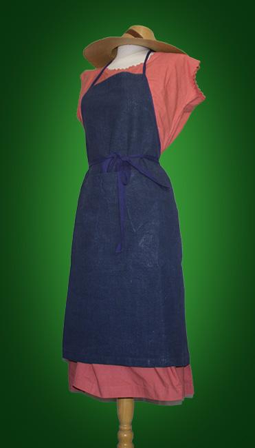 tablier indigo sur chemise teintée corail